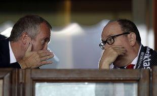Le vice-président de l'AS Monaco Vadim Vasilyeve murmure à l'oreille du Prince Albert, lors du match Monaco-Besiktas en Ligue des champions, le 17 octobre 2017.