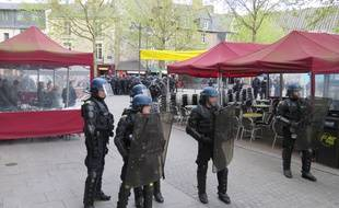 Les forces de l'ordre encerclent la place Sainte-Anne le 3 mai lors d'une manifestation.