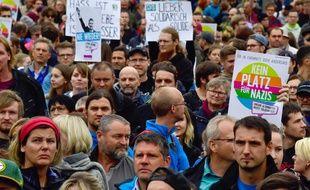 Des Allemands manifestent contre des militants d'extrême droite à Chemnitz, samedi 1er septembre.