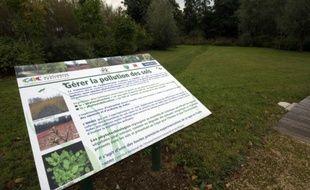Un panneau d'information présente un programme de recherche mené l'Institut national de l'environnement industriel et des risques (Inéris) sur la dépollution des sols par les plantes, le 12 octobre 2015 à Creil, dans la périphérie de Paris