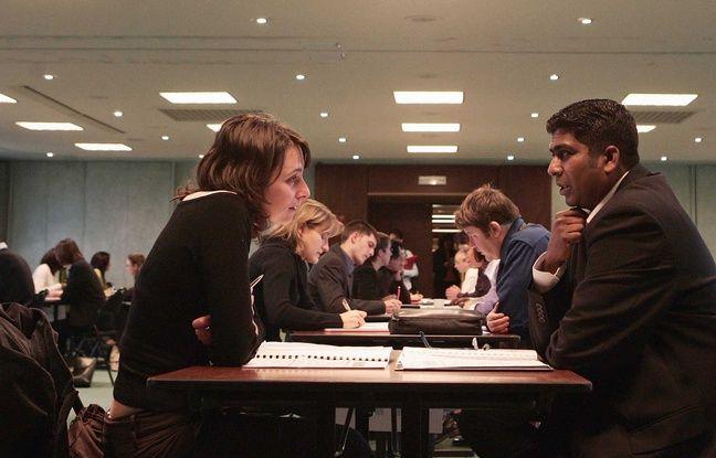 Une recruteuse s'adresse à un candidat lors d'un entretien, le 16 novembre 2006 à Evry