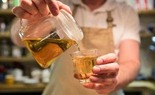Le tenancier de bar Mike Haggerton sert une tasse de thé Dalreoch Highland à Habitat Cafe à Aberfeldy, en Ecosse, le 4 février 2016