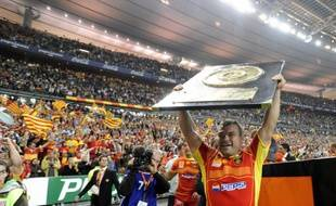 Le joueur de rugby de Perpignan, Nicolas Mas, soulevant le Bouclier de Brennus au Stade de France, le 6 juin 2009.