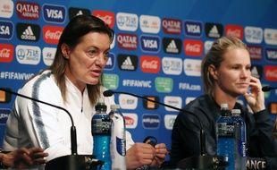 La sélectionneuse Corinne Diacre et la capitaine de l'équipe de France Amandine Henry en conférence de presse au Parc des princes le 6 juin 2019.