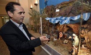 Le maire FN de Béziers Robert Ménard montre la crèche installée dans le hall de la mairie le 5 décembre 2014