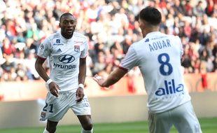 Karl Toko Ekambi est ici félicité par Houssem Aouar, après avoir marqué dimanche en Ligue 1 à Nice (2-1). VALERY HACHE