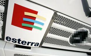 Un camion de la société de ramassage d'ordures Esterra.