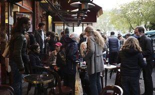Des Parisiens quittent une terrasse à 21 heures pour le couvre-feu, le 19 mai 2021.