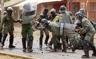 Forces de l'ordre à Conakry le 20 avril 2015.