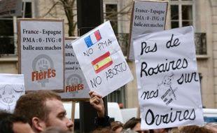 Des manifestants de planning familial devant l'ambassade d'Espagne à Paris, le 27 décembre 2013 contre le projet de loi modifiant le droit à l'avortement