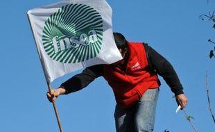 """Une centaine d'agriculteurs ont participé mardi au """"réveil du préfet"""", de 06H00 à 08H00, devant la préfecture, à La Roche-sur-Yon"""