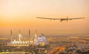 Solar Impulse vole au-dessus d'Abu Dhabi le 26 février 2015.