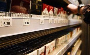 Illustration vente de cigarettes dans un bureau de tabac.
