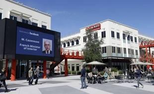 Une photo de Bernard Cazeneuve est affichée sur un écran sur le campus de Facebook, le 20 février 2015.