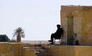 Trois coopérants européens enlevés en Algérie dans un secteur contrôlé par le Front Polisario sont en vie et détenus par Al Qaïda au Maghreb islamique (Aqmi), selon un médiateur, confirmant l'ampleur de l'implantation de ce mouvement en Afrique de l'Ouest.