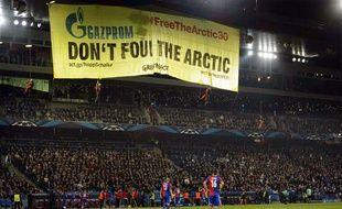 Des militants de Greenpeace interrompent le match entre Bâle et Schalke 04 le mardi 1er octobre 2013.