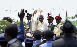 Le nouveau président du Nigeria Muhammadu Buhari (c) salue la foule après sa prestation de serment à Abuja, le 29 mai 2015