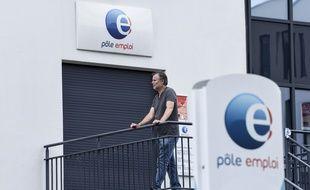 Un homme devant une agence Pôle Emploi à Nantes.