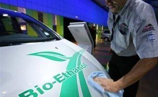 """Les pays européens, en pleine réflexion pour définir des """"critères durables"""" pour encadrer la fabrication les biocarburants, envisagent de n'en importer que des pays respectant une dizaine de conventions internationales sur le climat et le travail."""