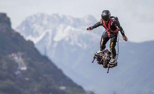 Franky Zapata fait le show sur son Flyboard, à Sion, en Suisse, en septembre 2017.