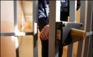 Le gouvernement réfléchit à la création d'un système de contrôle externe des prisons françaises, comme le recommandent les Nations Unies ou le Conseil de l'Europe, a-t-on appris vendredi de sources concordantes.