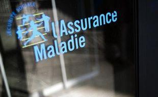 Le logo de l'Assurance Maladie devant un batiment de la Caisse primaire d'Assurance Maladie (CPAM).