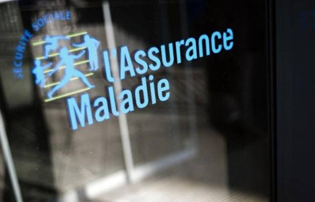 Le logo de l'Assurance Maladie devant un batiment de la Caisse primaire d'Assurance Maladie (CPAM), en 2012