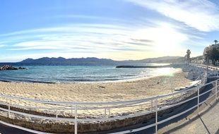 Une plage de Cannes, pendant le confinement