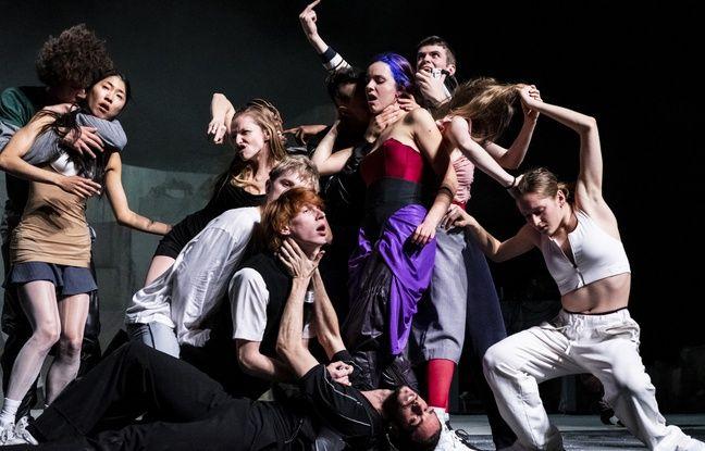 La troupe du ballet national de Marseille pour le spectacle Room With A View de Rone et (La) Horde, au théâtre du Chatelet à Paris.