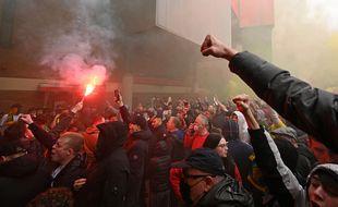 Les fans de Man United manifestent à Old Trafford, le 2 mai 2021.