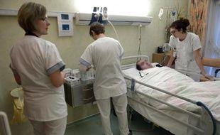 Du personnel médical s'occupe d'un patient en état végétatif dans l'unité de vie spécialisée de la maison Béthel à Oberhausbergen, le 18 décembre 2014