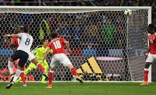 Dimitri Payet frappe la barre lors du match entre la France et la Suisse le 19 juin 2016.