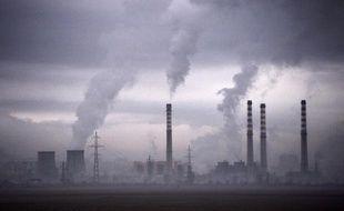 De la fumée s'échappe d'une centrale thermique en Bulgarie, en février 2013