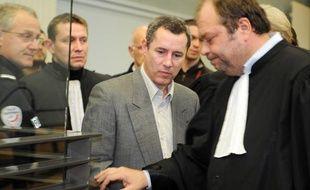 Jacques Viguier, au centre, avec un de ses avocats (à droite) Me Eric Dupont-Moretti le 1er mars au palais de justice d'Albi.