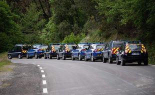 Les véhicules de la gendarmerie le 13 mai 2021 alors que les forces de l'ordre recherchent activement le suspect d'un double homicide.