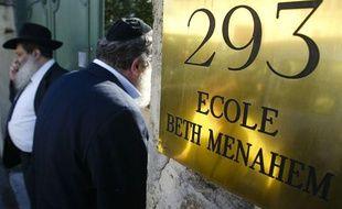 Les parents d'élèves de l'école juive Beth Menahem de Villeurbanne (Rhône) sont très choqués après l'agression qui a eu lieu près de l'établissement samedi.