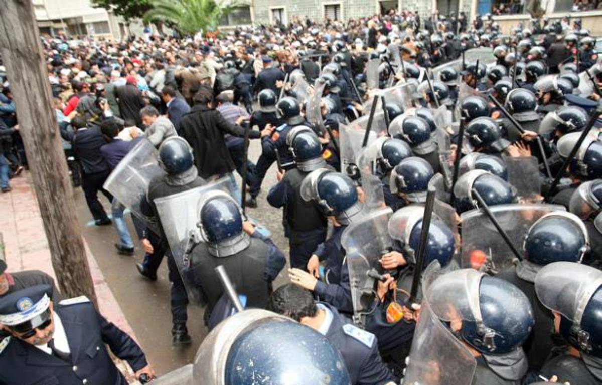 Heurts violents entre manifestants et forces de l'ordre à Casablanca, le 13 mars 2011.  – AFP PHOTO/CHAFIK