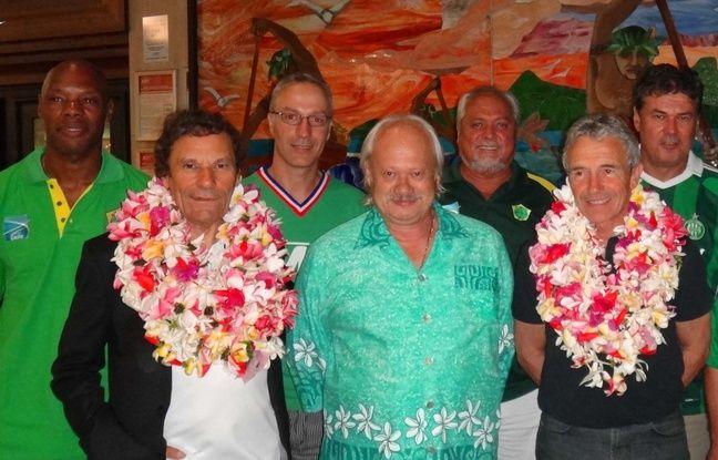 Roland Romeyer, lors de son accueil par les Verts de Tahiti, à l'aéroport de Papeete en 2013.