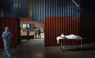 Un corps d'une victime du COVID 19 attend d'être incinéré à New Delhi, le lundi 19 avril 2021.