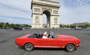 Une Ford Mustang devant l'Arc de Triomphe, place de l'Etoile à Paris, le 28 juillet 2013