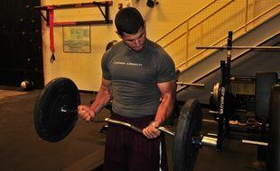 Un homme s'entraîne à soulever des poids (illustration).