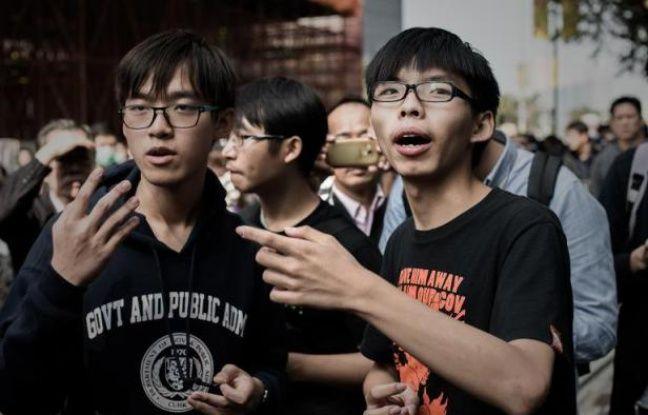 Joshua Wong (D) au milieu des manifestants le 18 novembre 2014 à Hong Kong - Philippe Lopez AFP