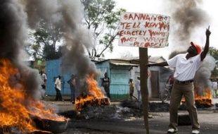"""La police kényane a reçu l'ordre de """"tirer pour tuer"""" les pillards, les incendiaires et les personnes portant des armes ou bloquant les routes, pour tenter d'endiguer les violences dans le pays, a déclaré mercredi à l'AFP un officier de la police kényane ."""