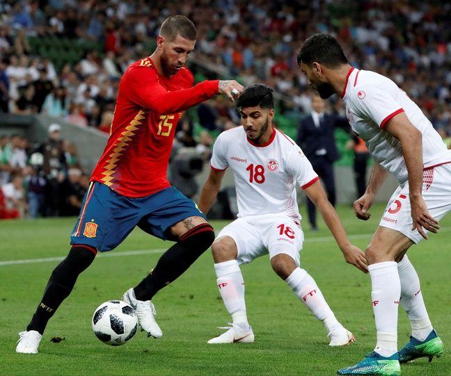 Bassem Srarfi avec le numéro 18 lors d'un match Tunisie-Espagne.