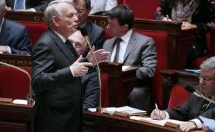 """Jean-Marc Ayrault a indiqué jeudi au Sénat qu'il souhaitait que le gouvernement, """"de façon démocratique"""", trouve les moyens pour """"mettre en pièces"""" les groupes d'extrême droite montrés du doigt après le coup porté à Clément Méric, mercredi à Paris."""