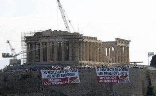 Des banderoles sur l'Acropole d'Athènes, le 27 juin 2011.