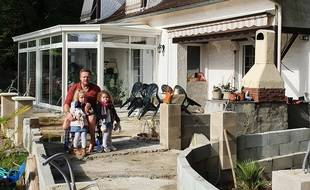 Olivier et ses deux petites filles devant sa maison en Dordogne.
