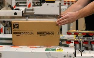 Un employé prépare une commande sur le site d'Amazon à Peterborough, dans le centre de l'Angleterre, le 28 novembre 2013