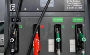 Une pompe à essence dans une station service avec un hors service. Illustration station service.
