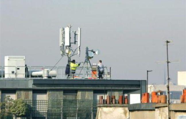 """Le maire de Strasbourg Roland Ries (PS), qui considère que """"le débat est loin d'être tranché scientifiquement"""", a annoncé la création prochaine d'un observatoire sur l'impact sanitaire des antennes-relais, réunissant opérateurs, associations, usagers et habitants."""